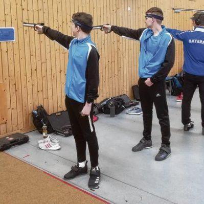 Die Neubrandenburger Arne Theuerkauf (vorn) und Marvin Köppen beim Trockentraining Foto: Günter Hettig